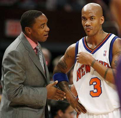 Isiah Thomas charla con Marbury durante el partido contra los Suns.