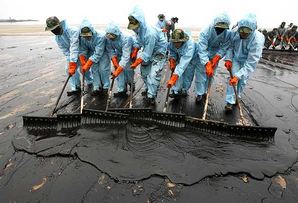 Soldados surcoreanos en las labores de limpieza de la playa surcoreana de Mallipo.