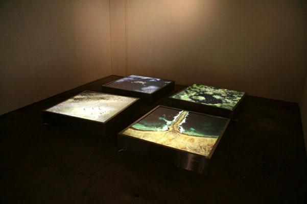 """biblia 1. Los pasajes de la Biblia han sido imaginados de formas diferentespor miles de artistas durante siglos. Ahora, la muestra 'God's Eye View' (""""vista ojo de Dios"""") ofece una nueva perspectiva: cuatro sucesos bíblicos vistos como si hubiesen sido capturados por el programa Google Earth. La obra, realizada por el grupo artístico de Sidney 'The Glue Society', ha sido expuesta en la Miami Art Fair, aunque también puede verse ensu página web."""
