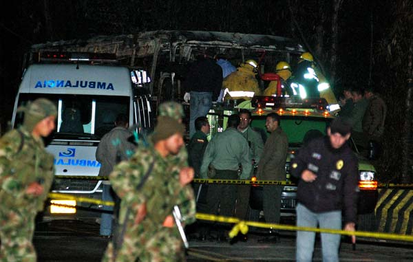 Autobús incendiado en Colombia