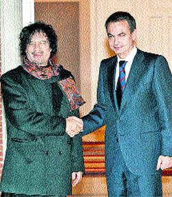 El Rey y Zapatero reciben a Gadafi en su primera visita oficial