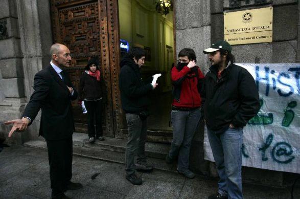 Un grupo de antisistema intenta okupar la sede del for Instituto italiano de cultura madrid