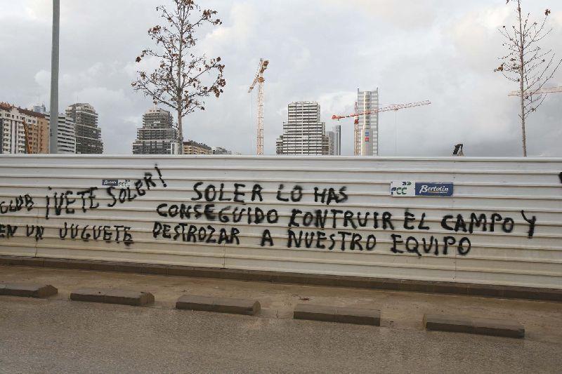Pintadas contra Soler y Koeman en Mestalla