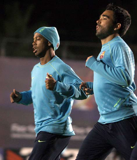 Ronaldinho y Deco corren durante el entrenamiento del Barcelona