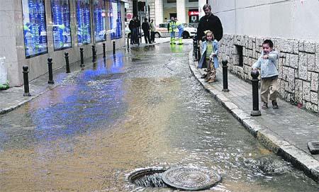 Un escape de agua hunde en Los Remedios el suelo de un pasaje comercial