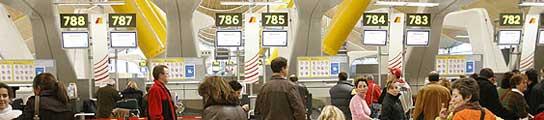 Un apagón paraliza una hora los servicios de la T-4 del aeropuerto de Barajas de Madrid  (Imagen: EFE)