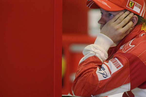 Kimi Raikkonen,en el box del circuito de Jerez