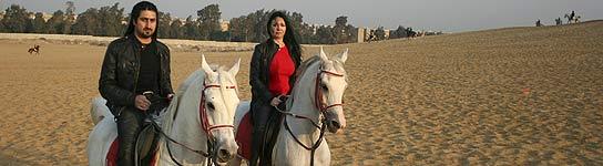 Omar Osama Bin Laden y su esposa Zaina Alsabah. (AP)