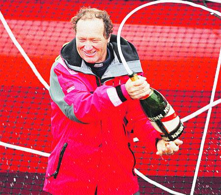 Joyon bate el récord de la vuelta al mundo de vela en solitario