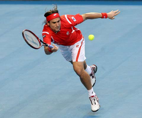 David Ferrer devuelve una pelota a Juan Carlos Ferrero