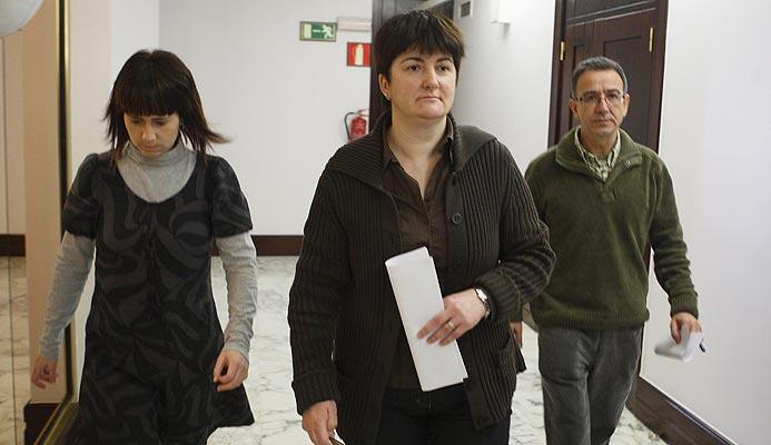 Los parlamentarios de EHAK-PCTV Ane Auzmendi, Nekane Erauskin y Julián Martínez (de i a d)