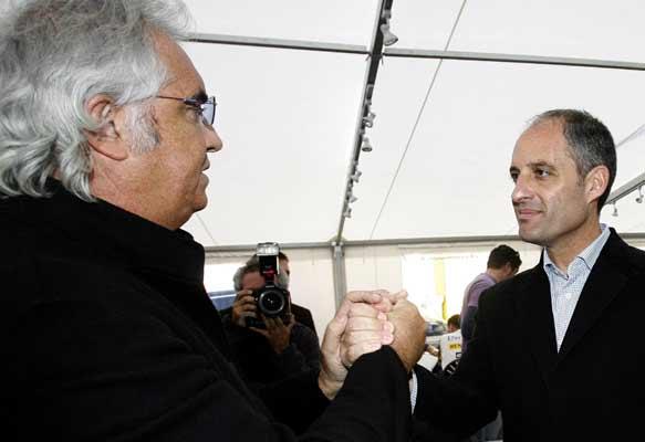 Flavio Briatore saluda en Cheste al presidente de la Generalitat valenciana, Francisco Camps