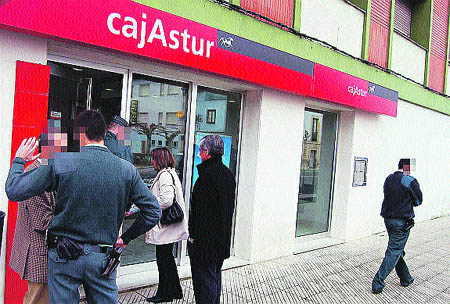 Atracan un banco en Piloña y roban 30.000 € armados con pistolas