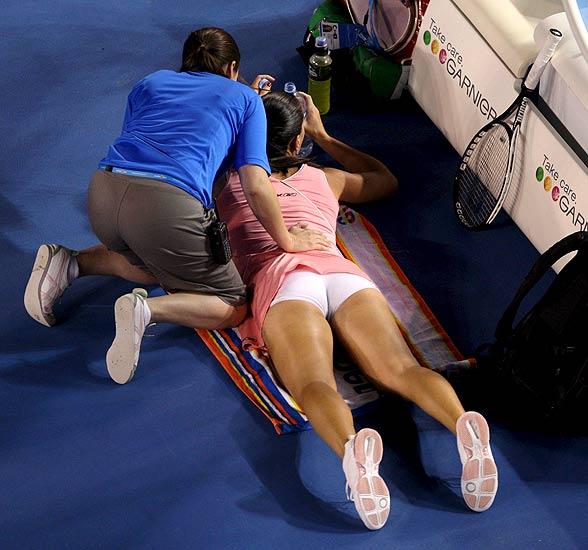 240108 Jelena en el suelo, semana. Jelena Jankovic recibe un masaje durante el partido contra la rusa Maria Sharapova en semifinales del Abierto de Australia en Melbourne. Sharapova ganó 6-3, 6-1 y pasó a finales.