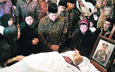 Fallece el ex dictador Suharto, responsable de la represión de Timor