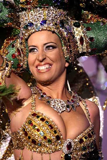 Tenerife, Carnaval. La candidata Jenifer Barreto durante su actuación en la gala de elección de la Reina del Carnaval de Santa Cruz de Tenerife 2008.