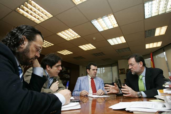 De izda a dcha: Francisco Frechoso, J. C. Escudier, Arsenio Escolar y Mariano Rajoy, durante la entrevista