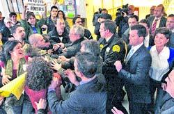 Independentistas tratan de reventar una charla de San Gil en Santiago