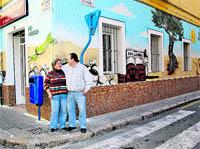 Los grafiti decoran un local del centro