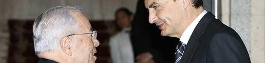 Zapatero es recibido por el nuncio del Vaticano esta tarde en la sede de la Nunciatura en Madrid (EFE/Alberto Martín).