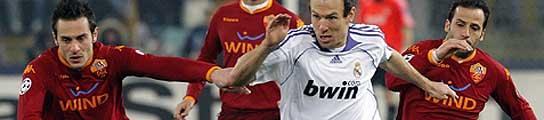 El madridista Robben es perseguido por varios defensores del Roma (REUTERS).