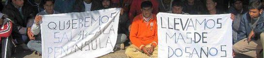 Unos 200 inmigrantes de la India y Bangladesh han iniciado hoy una huelga de hambre. (LAUREANO VALLADOLID/EFE)