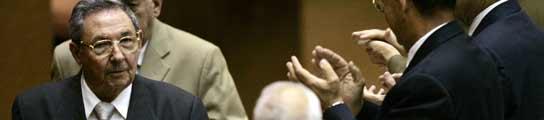 Raúl Castro saluda a su llegada al congreso.