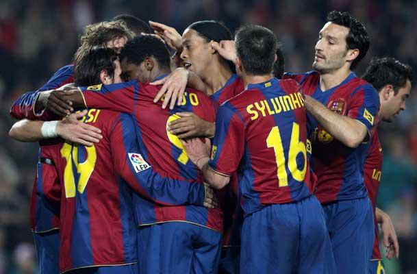 Los jugadores del Barcelona celebran un gol