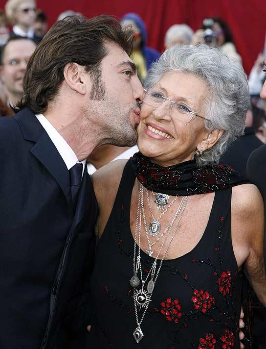 Javier Bardem besa a su madre, Pilar, al llegar a los Oscar.
