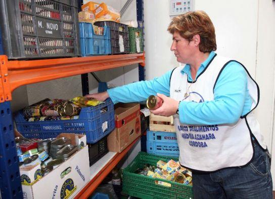 Una voluntaria almacena la comida.