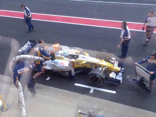 Mecánicos de Renault ponen gasolina al R-28 de Alonso