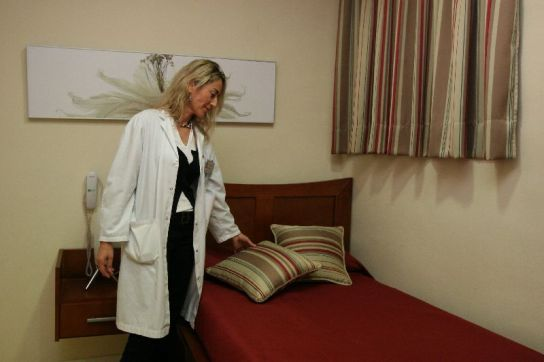 Una matrona enseña la habitación del hotel de madres