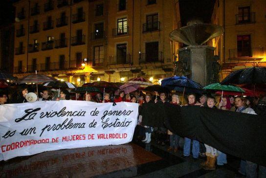 150 vallisoletanos se concentran en Valladolid por la muerte de una mujer a manos de su pareja