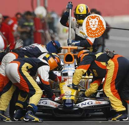 Los mecánicos de Renault atienden a Fernando Alonso en Montmeló