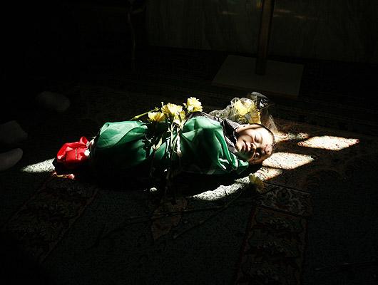 280208Niño en la mezquita. El cuerpo de un bebé de 6 meses palestino, Mohammed al-Borai, yace en el centro de una mezquita antes de la celebración de su funeral.