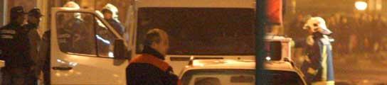 Agentes de la Ertzainza y bomberos inspeccionan los daños ocasionados en la Casa del Pueblo de Derio. (EFE)