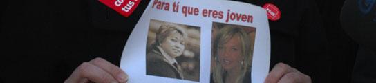 La candidata socialista muestra el cartel mientras se defiende de las críticas.