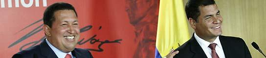 Los presidente de Venezuela y Ecuador, Hugo Chávez y Rafael Correa, respectivamente, durante la rueda de prensa celebrada este jueves. (Carlos Hernández / EFE).