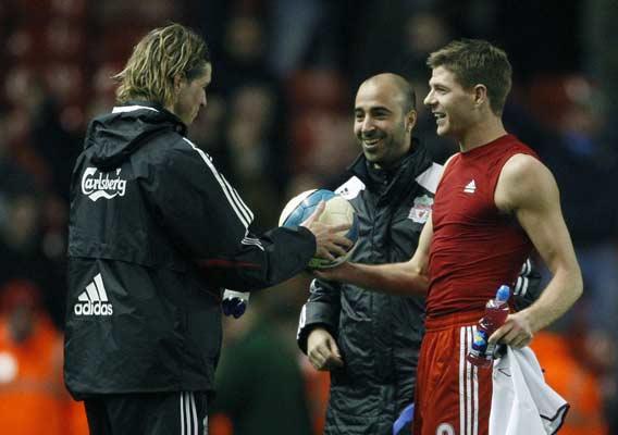 Gerrard entrega a Torres el balón del encuentro