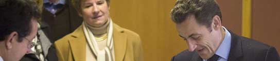 el Presidente Nicolas Sarkozy, momnetos antes de depositar su voto en la urna. REUTERS/Philippe Wojazer