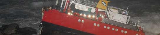 Los restos del buque se han roto en tres partes la tarde del lunes. (EFE)