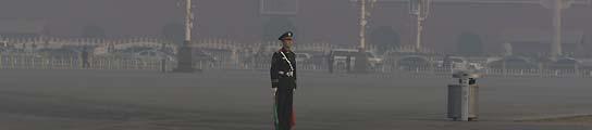La contaminación envuelve la plaza Tiananmen  de Pekín. (David Gray    / Reuters).