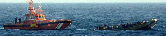 Un cayuco es interceptado en alta mar por Salvamento Marítimo. (ARCHIVO)