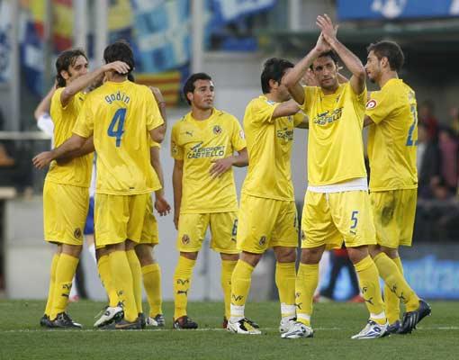 Los jugadores del Villarreal saludan a la afición tras vencer al Zaragoza