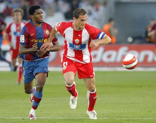 Eto'o y Carlos García pugnan por un balón