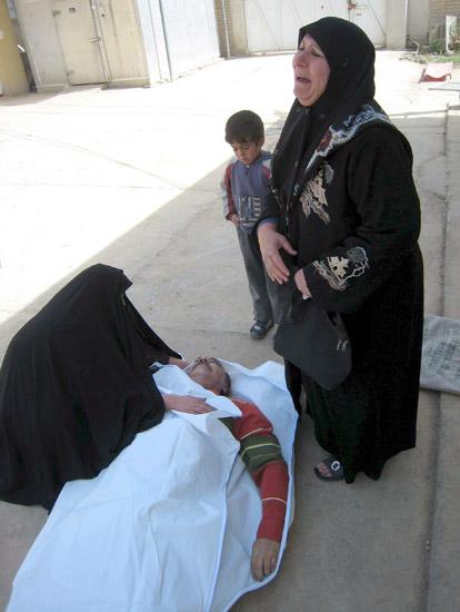 Mujer iraquí llora ante su marido muerto