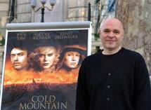 Anthony Minghella junto al cartel de su película 'Cold Mountain'.