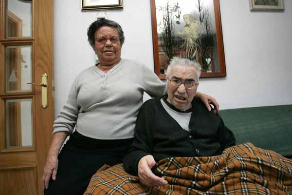 Un anciano senil, sin asistencia a domicilio por su