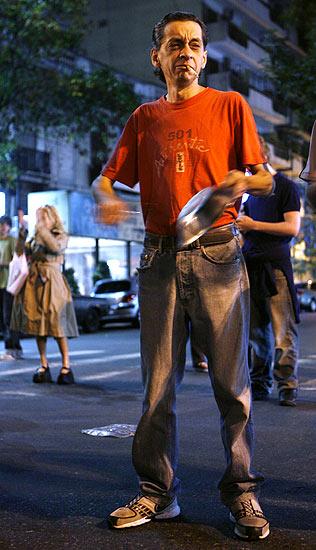 Tercer noche de cacerolazo, hombre con cigarrillo (28/3/2008). Tercer cacerolazo en Buenos Aires contra la presidenta argentina, Cristina Fernández de Kichner. Las protestas se producen por el desabasto provocado por la huelga de productores agropecuarios. FOTOGALERÍA: Más imágenes de las protestas