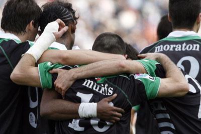Munitis celebra un gol con sus compañeros del Racing